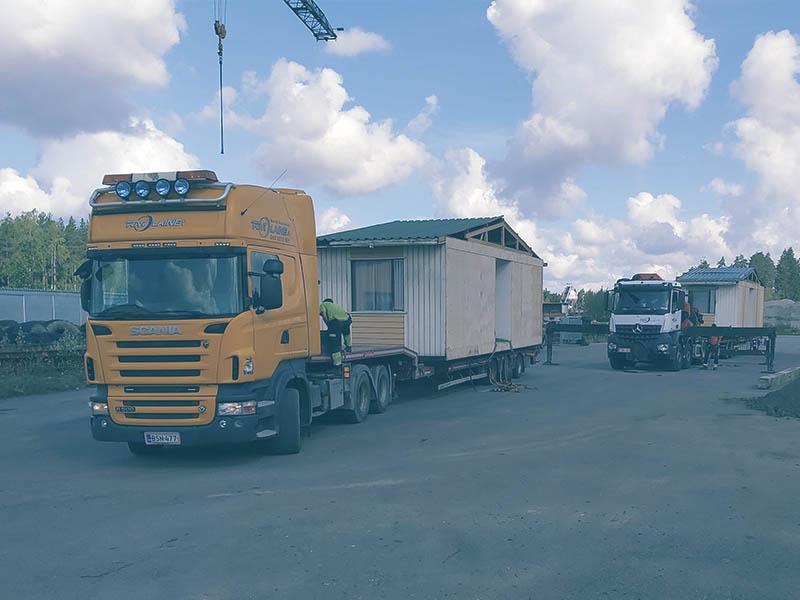 Puoliperävaunu ja lavettikuljetukset nosturiauton kanssa