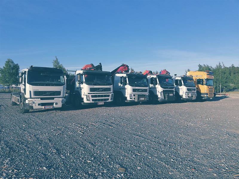 Kuljetusliikkeen nostokalustoa Raisiossa